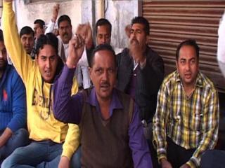Bijli Karmiyon Ne Sarkar Or Police Ke Khilaf Kiya Prdarshan