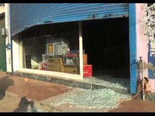चोरों ने शोरूम का शटर तोड़ लाखों का सामान उड़ाया
