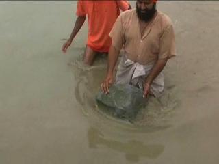 देखिए, कैसे तैर रहें हैं पानी में पत्थर, लोग मान रहे चमत्कार