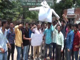 शिक्षामंत्री के विवादित बयान ने पकड़ा तूल, छात्रों ने फूंका पुतला