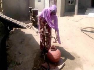 प्यास से तड़प रहे ग्रामीण, पंजाब से पानी लाने को मजबूर