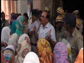 बिजली कर्मचारी बंधक मामला: ग्रामीणों ने पुलिस केस रद्द करने की मांग