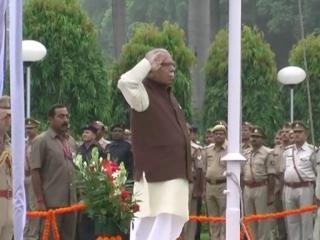 राज्यपाल राम नाईक ने राजभवन में किया ध्वजारोहण