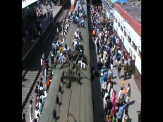 ट्रैन की छत पर यात्र कर जान को दांव पर लगा रहे हैं लोग