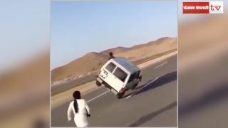 खतरों के खिलाड़ी, जान जोखिम में डालकर चलती कार से उतरे नौजवान