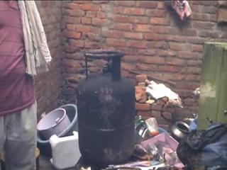 खाना बनाते बनाते सिलेंडर में अचानक धमाका
