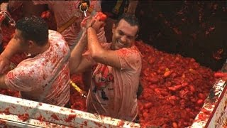 Crowds pelted with tomatoes at Spain's Tomatina festival