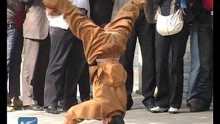 Kungfu masters perform amazing stunts at Shaolin Temple