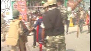 धरने पर बैठे शिक्षकों को पुलिस ने दौड़ा दौड़ा कर पीटा