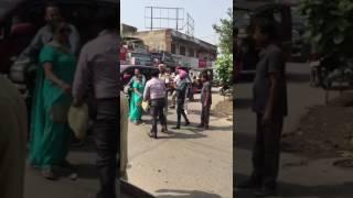 punjab police ki gundagardi - kapurthala mein yuvak ko maaraa thapad aur gaadi ki chabi nikali