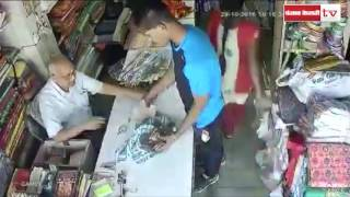 Smart thieves loot the shopkeeper cleverly: caught on camera!
