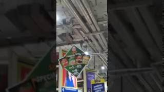delhi mein pareshan logo ne loota mall | live video | metro mall loot in delhi
