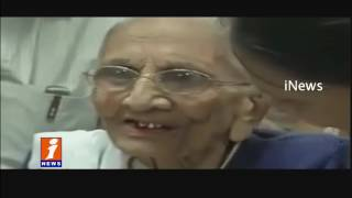 PM Modi Mother Heeraben Exchange 500, 1000 Old Notes Notes at Bank | iNews