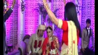 डांस करते रहे दूल्हा और दुल्हन, शातिर नन्हे चोर ने किया पैसों के बैग पर हाथ साफ