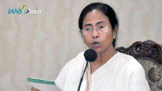 Kejriwal standKejriwal stands with Mamata on army deployment