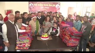 कांग्रेस कार्यकर्ताओं ने केक काटकर मनाया सोनिया गांधी का जन्मदिन
