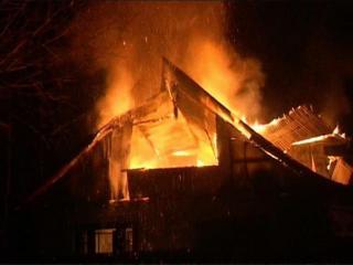 हीटर में आग लगने से दो मकान जलकर राख