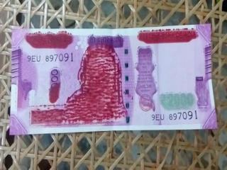 बैंक से मिले 2000 के नोट पर गांधी जी की तस्वीर गायब