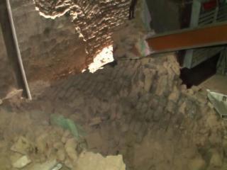 मकान की दीवार गिरने से बुजुर्ग दम्पति की मौत, बाल-बाल बचे बच्चे