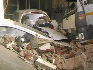 दीवार तोड़कर घर में घुसे तेज रफ्तार ट्रक, 2 घायल