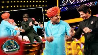 Shahrukh Khan DANCES With Fakira Performers On Dil Hai Hindustani - Raees Promotion