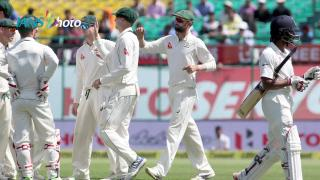 Bowlers hand advantage to India on third day of Test