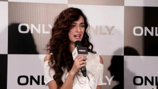 Watch Disha Patani DANCE with reporters!