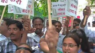 AAP protests at ECI against EVM hacking to save democracy.