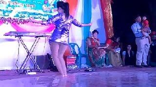 নেচে নওগাঁর কলেজছাত্রী মাতিয়ে দিলেন স্টেজ New Bangla Dance 2017