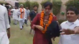 Swami Om Beaten By Public at Delhi - Live Video