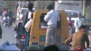 खुलेआम उड़ा रही हैं यातायात नियमों की धज्जियां