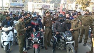 Police distributes helmets among bikers