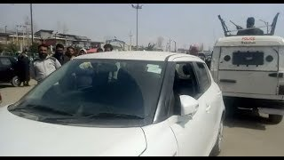 अज्ञात बंदूकधारियों ने गाड़ी रोक लूटा कैश, बैंक मैनेजर समेत 3 घायल