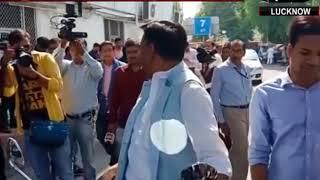 राज्यसभा चुनाव: बिना हेलमेट लगाए वोट देने पहुँचे BJP विधायक