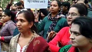 Pvt Scholon Mai badi fee Ko lekar abhibhavakon ka Dy CM Manish Sisodia ke ghar pradrashan