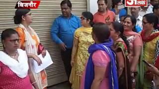 खोली जा रही शराब की दुकान को रूकवाने की मांग को लेकर महिलाओं ने किया हंगामा