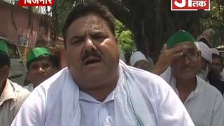 अपनी 7 सूत्रीय मांगो को लेकर बिजनौर कलैक्ट्रेट मेंं धरने पर बैठे भाकियू भानू गुट के कार्यकर्ता