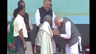 Modi bows to 104 Years old Maa Kunwar Bai for her exemplary contribution to #SwachhBharat