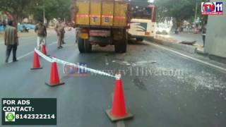 THE LORRY COLLAPSED THE BUS AT MALAKPET PS LIMIT HYDERABAD TV11 NEWS 25TH MAY 2017