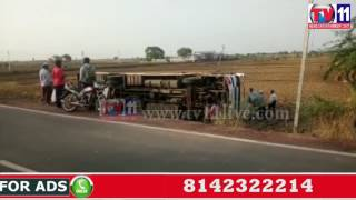 PRIVATE BUS CRASHED INTO THE FIELDS WITH OVER SPEED AT JUPADU BANGLA KARNOOL TV11 NEWS 29TH MAY 2017