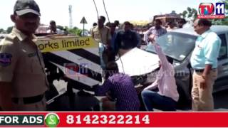 THREE CARS DAMAGED IN ONE ROAD ACCIDENTS AT ABDULLAPURMET HYDERABAD TV11 NEWS 23RD JUNE 2017