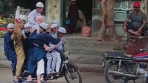 एक छोटा सा परिवार ईद की खरीदारी करते हुए