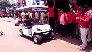 Coolies of Surat on strike against e-Rickshaw
