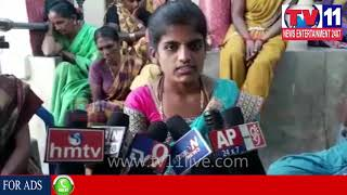 WIFE DHARNA INFRONT OF HER HUSBAND'S HOUSE AT VISAKHA | Tv11 News | 26-12-2017