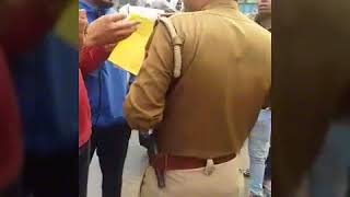 खुर्जा में वायरल पुलिसकर्मी की यह वीडियो हैरान कर देगी आपको