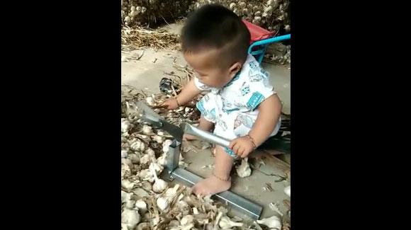 चीनी बच्चे पैदा होते ही काम पे लग जाते है   और हमारे कुरकरे खाके भी री री करते हैं