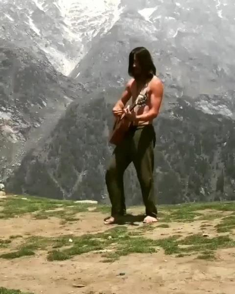 2 guys (Kavier and Shiget) climbed up the top of the scenic Triund hill in Dharamshala with their instruments and started playing music.