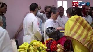 कांग्रेस अध्यक्ष राहुल गांधी और  सोनिया गांधी होली मनाते हुए।देखिये