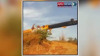 प्रतापगढ़ में ओवर लोड ट्रक अटका रहा पुल पर क्रेन की मदद से ट्रक को उतारा देखिये