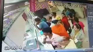 ਬਜੁਰਗ ਦੇ 4 ਲੱਖ ਰੁਪਏ ਉਡਾਏ CCTV ਵਿੱਚ ਕੈਦ ਦੇਖੋ ਵੀਡੀਓ